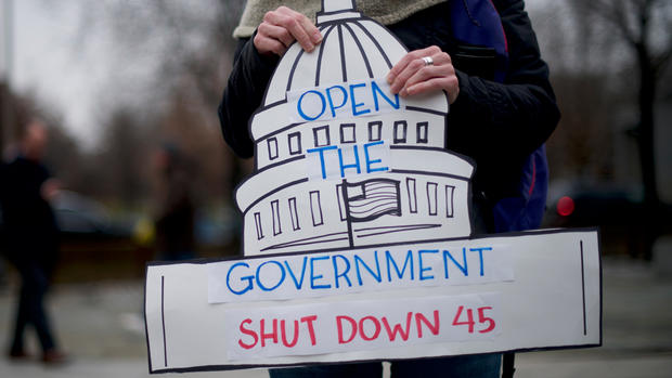 Top News: Federal Workers Rally as Shutdown Continues