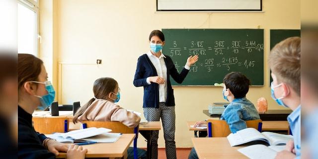 A teacher wearing a N95 Face masks teaches mathematics (iStock)